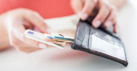 Unternehmen können ihren Beschäftigten einen steuerfreien Corona-Bonus zahlen. Die Regelung wurde jetzt noch einmal verlängert.