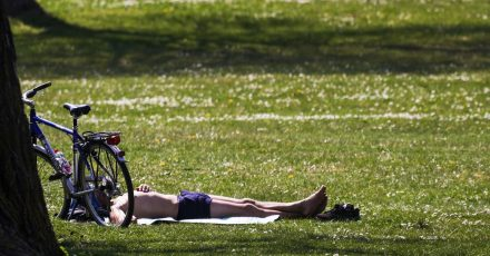 Die Sonne strahlt. Die Temperaturen steigen. Und das nachdem der April so richtig kühl war. Da fragt man sich: Kann Sonnenbaden jetzt gefährlich werden?