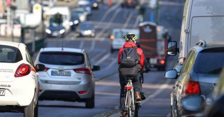 Laut einer Umfrage fahren viele Menschen in der Corona-Krise lieber mit dem Auto statt mit Bus und Bahn. Auch legen sie Wege eher zu Fuß oder auf dem Fahrrad zurück.