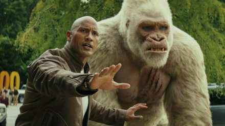 """""""Rampage - Big Meets Bigger"""": Davis Okoye (Dwayne Johnson) und der Silberrückengorilla George. (cg/spot)"""