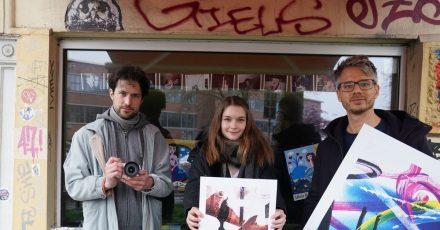Initiator René Piroth (r-l), Anne Stein und Fotograf Stefan Schoder unterstützen die Clubs auf St. Pauli.