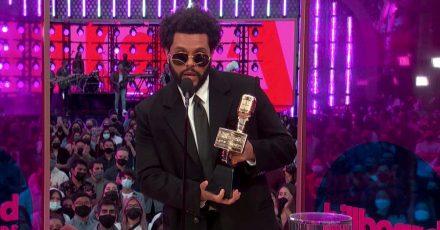 The Weeknd zeigt seinen Top Artist Award.