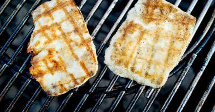 Halloumi ist ein halbfester, nicht schmelzender Käse und daher perfekt zum Grillen. Ein Leckerbissen wird er, wenn er zuvor mariniert wird.