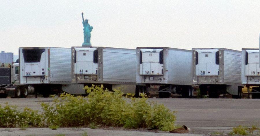 Kühlwagen zur Lagerung von Corona-Toten stehen auf einem Parkplatz am Pier im Stadtteil Brooklyn.