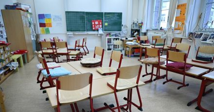 Ein leeres Klassenzimmer der Linne-Schule in Frankfurt am Main.
