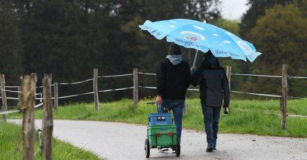 Nur zu zweit hat es diese Männer mit Getränke-Anhänger und Schirm in die Natur gezogen.