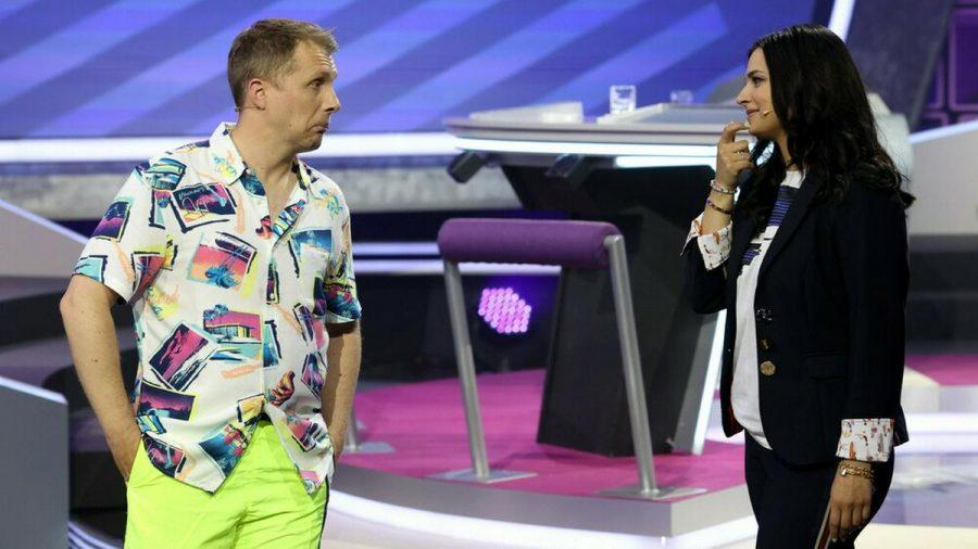 """Oliver und Amira Pocher in der Show """"Pocher vs. Influencer"""". (jom/spot)"""