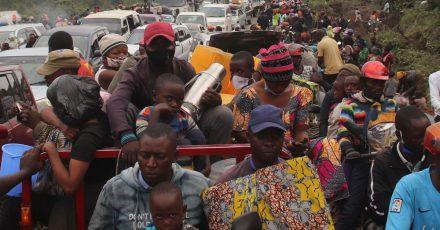 Menschen fliehen aus der Stadt Goma. In der Millionenstadt spitzt sich die Lage am Vulkan Nyiragongo dramatisch zu.