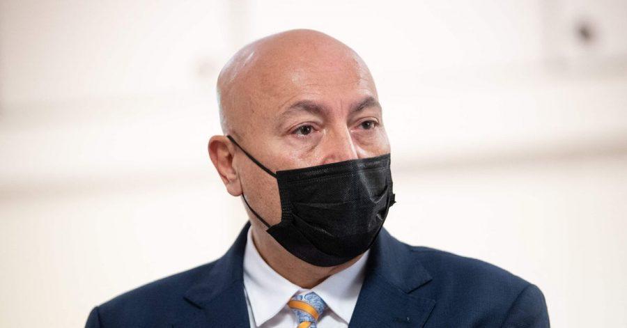 Der Staatsanwalt von Nîmes, Éric Maurel, informiert über die Festnahme.