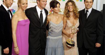 """Die amerikanischen Schauspieler und damaligen Darsteller der Comedy-Serie """"Friends"""", David Schwimmer (l-r), Lisa Kudrow, Mathew Perry, Courtney Cox Arquette, Jennifer Aniston und Matt LeBlanc bei der Verleihung des Fernsehpreises """"Emmys""""."""