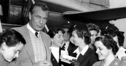 Der US-amerikanische Schauspieler Gary Cooper 1953 zu Besuch in Deutschland - umlagert von Verehrerinnen.