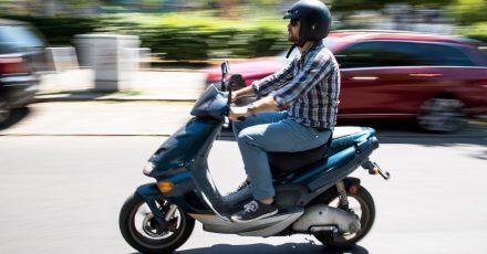 Sehr lässig: Roller sind flotte Gefährten. Daher sind auch auf Modellen, die bis 45 km/h schnell werden, schützende Handschuhe und weitere Schutzkleidung ratsam.