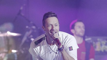 Coldplay-Frontmann Chris Martin gibt auf der Bühne alles. (aha/spot)