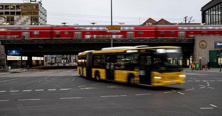 Eine Mobilitätsplattform könnte die Nutzung verschiedener Verkehrsmittel vereinfachen. Laut einer Umfrage hätten es Verbraucher am liebsten, wenn der ÖPNV diese Aufgabe übernimmt.