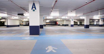 Die Fußgängerwege im Parkhaus an der Mall of Berlin sind blau gekennzeichnet. Parkhäuser gibt es inzwischen seit 120 Jahren.