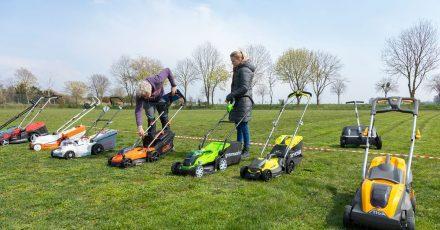 Die Akku-Rasenmäher wurden vom Team auf einem großen Sportplatz getestet.
