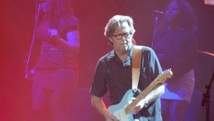 Eric Clapton während eines Konzerts im US-amerikanischen Sacramento. (dr/spot)