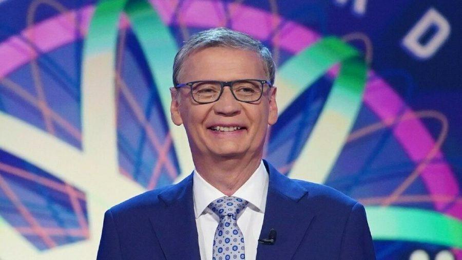 """Moderator Günther Jauch stellt den Promis die Fragen bei """"Wer wird Millionär? - Das Prominenten-Zocker-Special"""". (tae/spot)"""