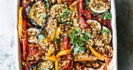 Auf die mediterrane Lasagne mit geröstetem Gemüse kommt statt Parmesan eine Mischung aus fein gehackten Pinienkernen, Semmelbröseln und Hefeflocken. Die Flocken sorgen für die Umami-Würze im Essen.