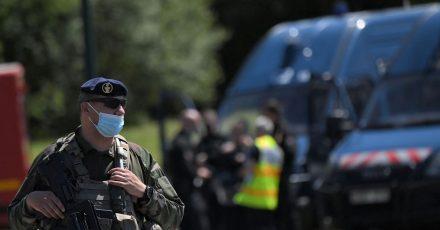 Französische Soldaten sind im Einsatz, nachdem eine Polizistin in La Chapelle-Sur-Erdre mit einem Messer verletzt worden ist.