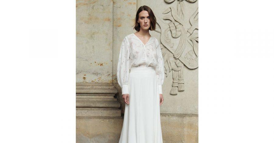 Elegant und lässig kombiniert Ivy&Oak einen langen weißen Rock mit einer Spitzen-Bluse - auch einzeln tragbar (Preis auf Anfrage).