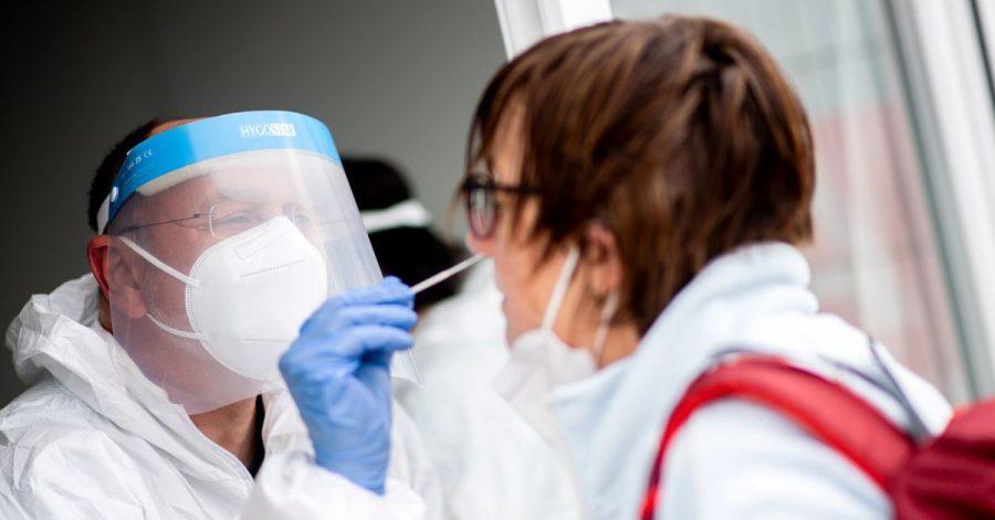 Ein Mitarbeiter eines Testcenters führt einen Test auf das Coronavirus durch. Die Zahl der Neuinfektionen in Deutschland sinkt weiter.