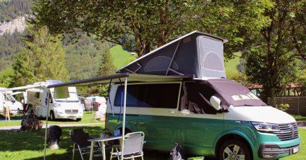 Oft erweitert ein Aufstelldach das Platzangebot beim Campingbus - zum Beispiel für eine Schlafgelegenheit.