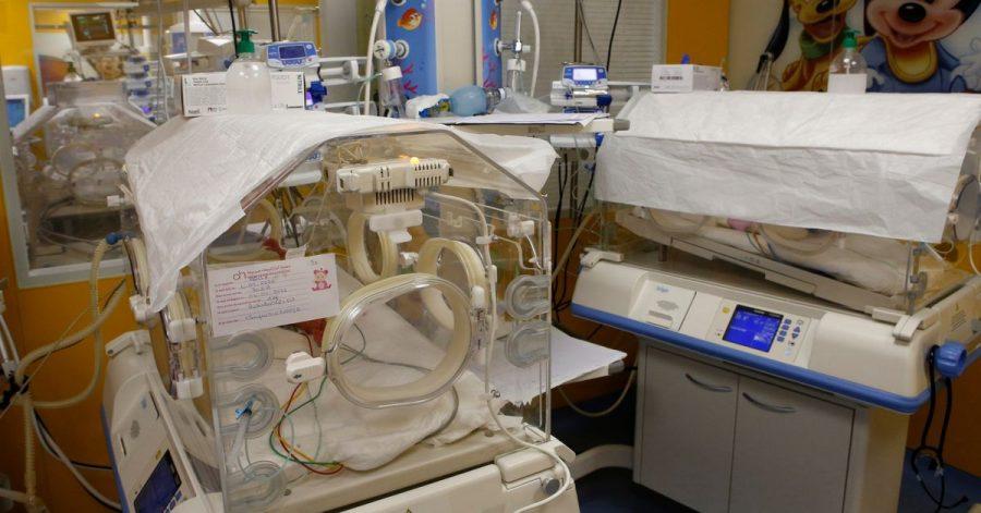 Ein Inkubator auf der Entbindungsstation der Privatklinik von Ain Borja beherbergt eines der neun Kinder, die eine Frau aus Mali per Kaiserschnitt zur Welt gebracht hat.
