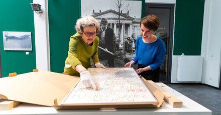 Kuratorin Daniela Sannwald (l) und Kristin Halm, Leiterin der Kunsthalle Lüneburg, bei den Vorbereitungen zur Beuys-Schau.
