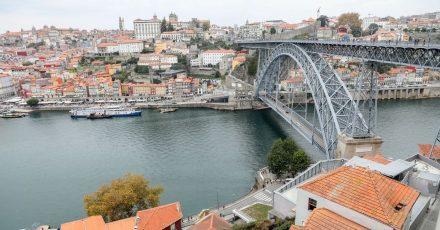 Blick auf die Innenstadt von Porto in Portugal, den Fluss Douro und die Brücke Dom Luis I. (Archivbild)