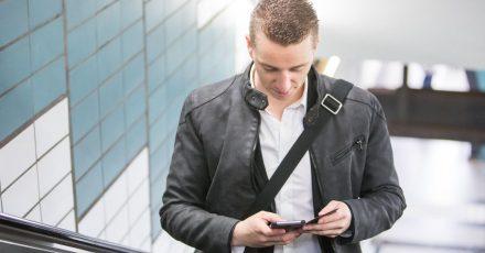 Der ständige Blick nach unten aufs Smartphone sorgt auf Dauer für einen verspannten Nacken.