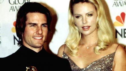 Tom Cruise mit seinem Golden Globe Award und Kollegin Charlize Theron bei der Preisverleihung im Januar 2000. (ili/spot)