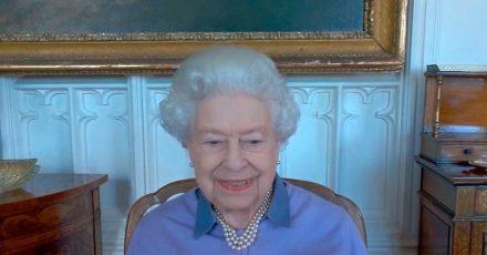 Queen Elizabeth II. beim Videotelefonat mit der Royal Life Saving Society auf Schloss Windsor.