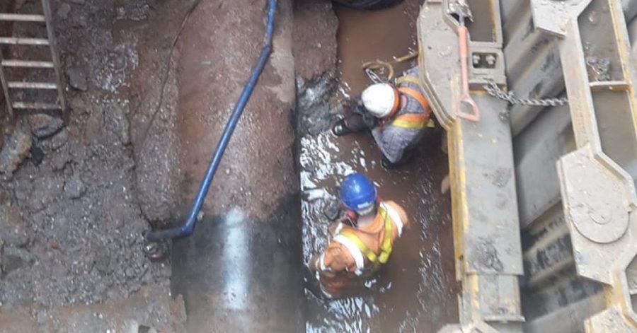 Mitarbeiter des Abwasserunternehmens Severn Trent in Birmingham arbeiten rund um die Uhr daran, den Koloss in der Kanalisation zu entfernen.