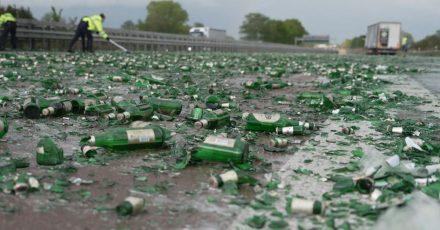 Trauriger Anblick:Zerstörte Bierflaschen liegen auf der A1 in Richtung Bremen.