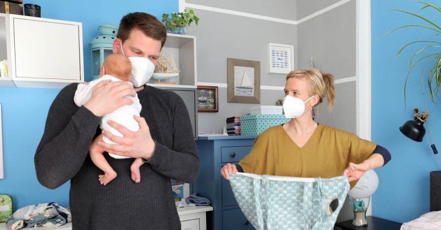 Viele der Geburtshelferinnen haben durch die Pandemie noch mehr zu tun, weil viele Mütter wegen das Krankenhaus nach Möglichkeit eher verlassen.