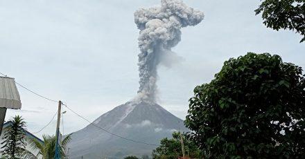 Der Vulkan auf dem Berg Sinabung ist erneut ausgebrochen.