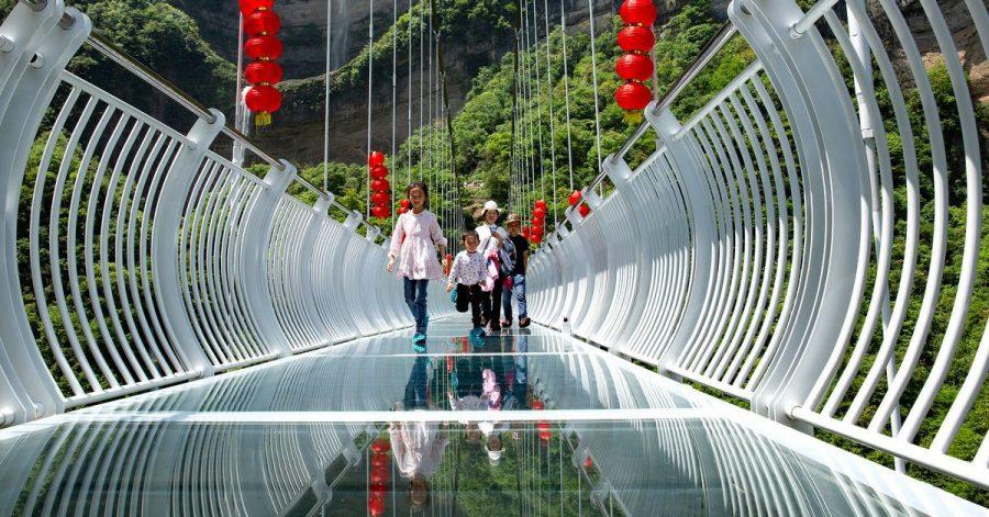Touristen über eine Glasbrücke im Bezirk Zigui. Der Vorfall, bei dem ein Mann aus 100 Metern Höhe gerettet werden musste, heizt die Diskussion über die Sicherheit solcher Skywalks an.