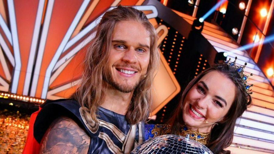 """Rúrik Gíslason gewann zusammen mit Profi Renata Lusin das """"Let's Dance""""-Finale - und tanzt ab November durch Deutschland. (jru/spot)"""