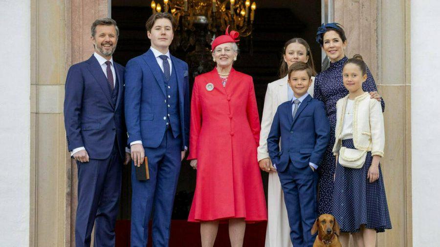 Prinz Christian von Dänemark (2.v.li.) posierte mit seinem Vater, Prinz Frederik (li.), seiner Großmutter, Königin Margrethe II., sowie seinen Geschwistern und seiner Mutter für ein Familienfoto. (tae/spot)