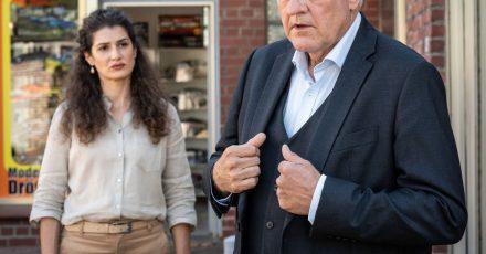 Die Besitzerin einer Schneiderei, Tahmina Ahmadi (Anastasia Papadopoulou), engagiert Wilsberg (Leonard Lansink).