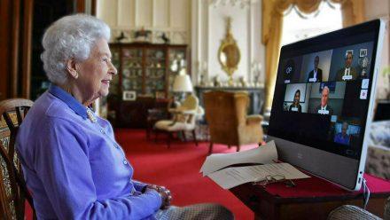 """Queen Elizabeth II. im Videochat mit Vertretern der Organisation """"Royal Life Saving Society"""". (ili/spot)"""
