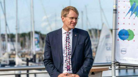 Ministerpräsident Daniel Günther macht die Beherbergungsbetriebe in Schleswig-Holstein auf (wue/spot)