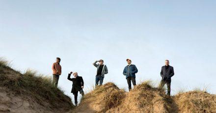 Was mögen sie wohl im Blick haben? Teenage Fanclub in den Dünen.