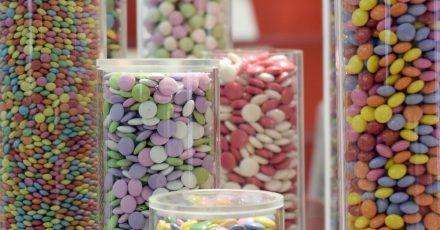 Viele Süßigkeiten enthalten Farbstoffe. Hierfür zugelassen ist bisher auch E171, eine Zutat, die Lebensmittel weiß färbt.