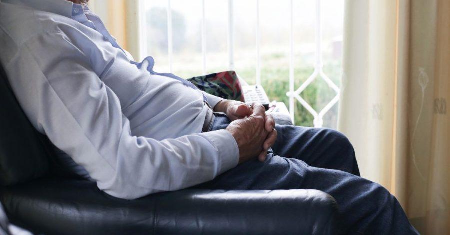 Eine erhöhte Sitzfläche erleichtert älteren Menschen das Hinsetzen und Aufstehen.