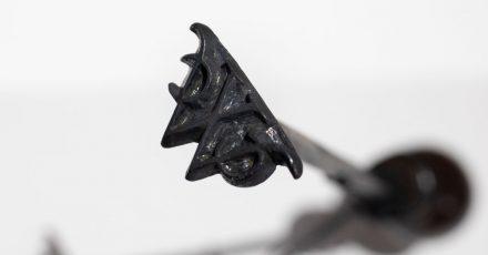Ein Brandeisen mit den Buchstaben GWC, mit dem die Initialen einer holländischen Handelsgesellschaft in die Haut ihrer versklavten Arbeiter eingebrannt wurde.