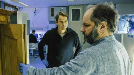 """Tatort: Wo ist Mike?"": Felix Voss (Fabian Hinrichs) und Michael Schatz (Matthias Eggersdörfer) untersuchen den Bauernschrank im Labor nach Fingerabdrücken (cg/spot)"