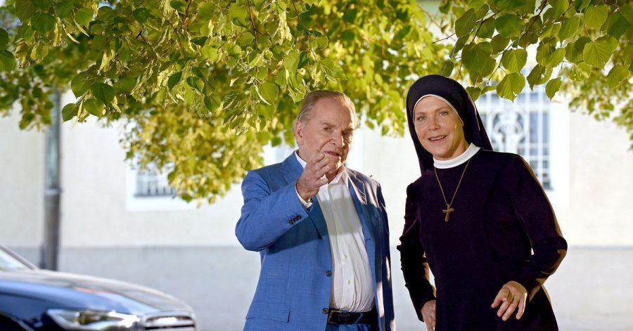 Bürgermeister Wöller (Fritz Wepper) und Schwester Hanna (Janina Hartwig).