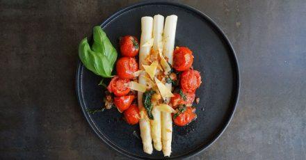 Mal ohne die Klassiker Kartoffeln und Schinken: Auch Tomaten, Zwiebeln und Basilikum passen zu weißem Spargel.